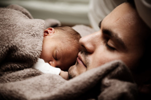 baby_and_dad_sleeping_199490